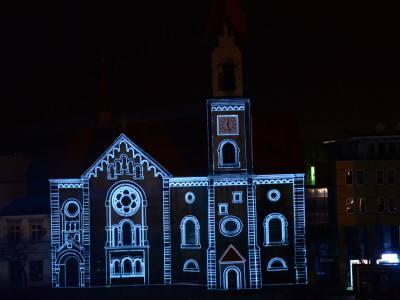 Tłumy obserwowały kościół