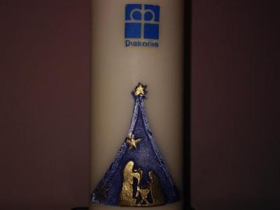 Zapłonęła świeca Wigilijnego Dzieła Pomocy Dzieciom.